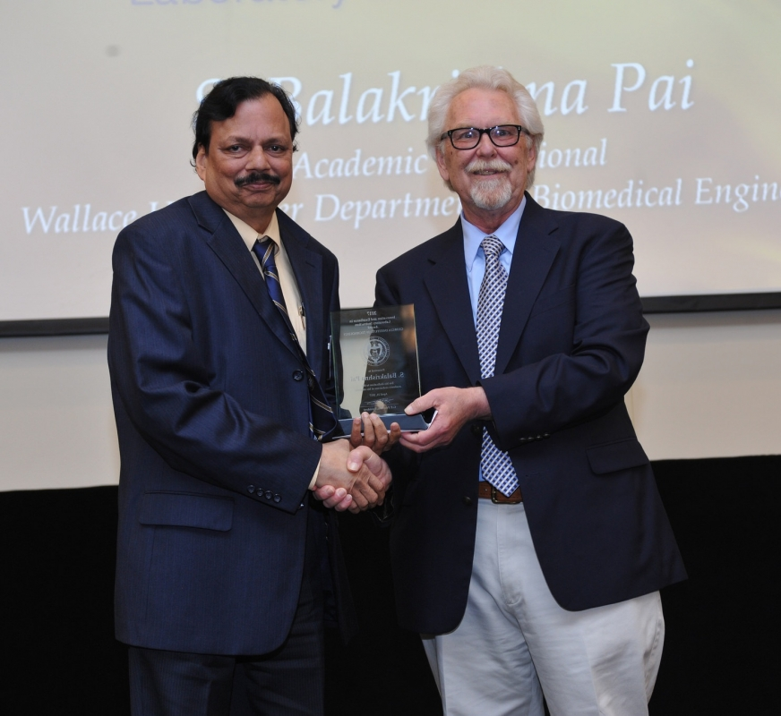 Dr. Bala Pai receives his award from Dr. David Lawrence of CTL (2017)